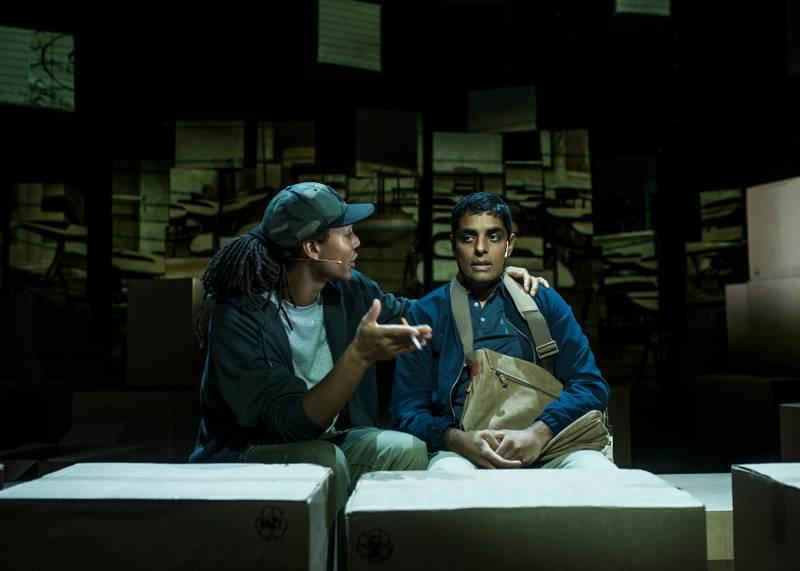 """Gaute Adela Aastorp Cudjoe som Jamal og Manish Sharma som Mo i teaterversjonen av Zeshan Shakars """"Tante Ulrikkes vei""""."""