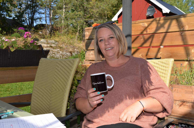 Ironisk nok bruker Hege Hansen gjerne koppen med påskriften «#Jævla homo». Nå skal hun holde foredrag, undervise, veilede og ha samtaler med helsepersonell i møte med forskjellige legninger.