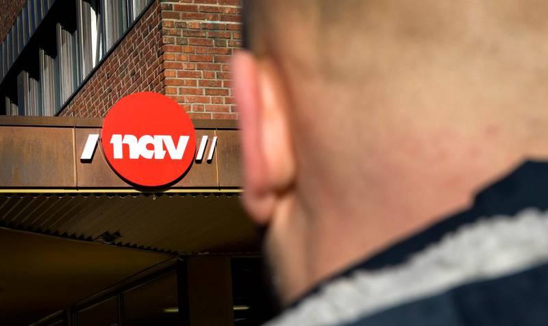 Oslo  20190228. Illustrasjonsbilder: En mann utenfor med et NAV skilt. Modellklarert Foto: Gorm Kallestad / NTB scanpix