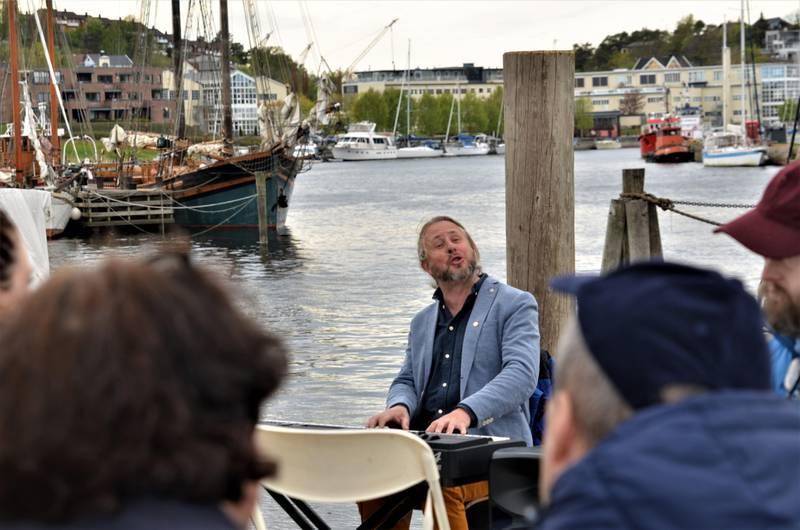 Artisten Alexander Hermansen kjente mange av torsdagens tilhørere og fikk enkelt med seg alle i allsangen.