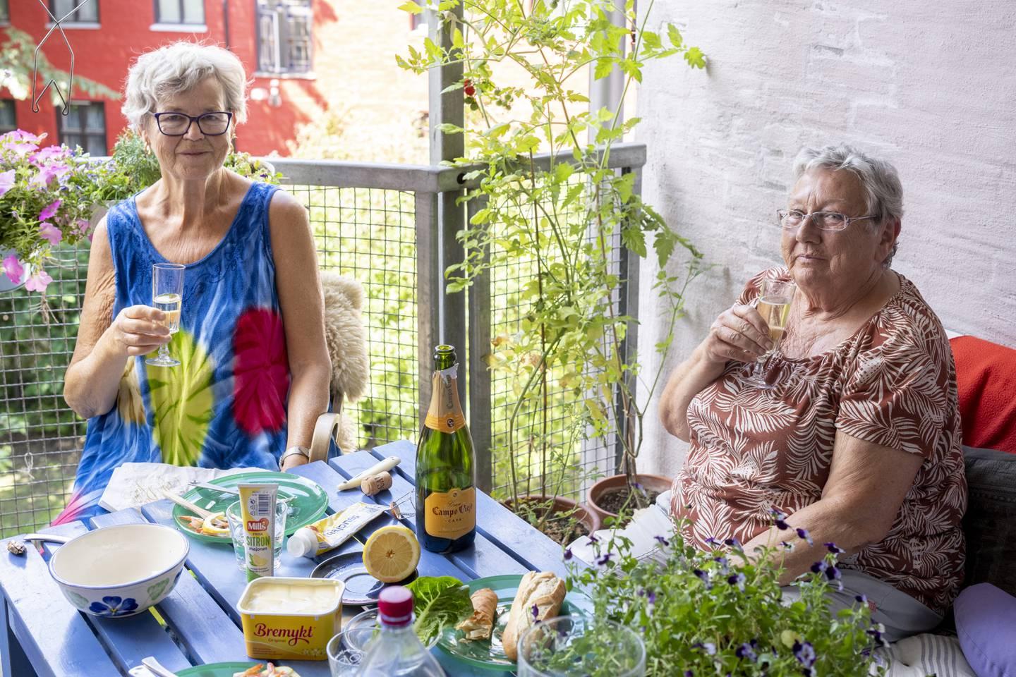 På fellesbalkongen i tredje etasje sitter beboer Tone Strand Muss (t.v) sammen med venninnen Irmgard Fliss som har kommet på besøk – og som for øvrig også har bodd i Friis' gate 6 på slutten av 90-tallet.