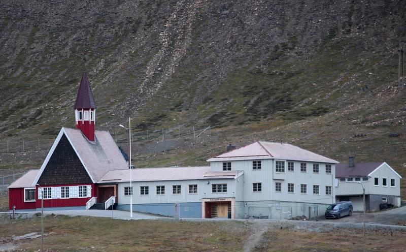 LONGYERBYEN  20180808. Svalbard kirke. Longyearbyen er Svalbards administrasjonssenter og ligger innerst ved Adventfjorden på øya Spitsbergen. Stedet har 2 075 innbyggere og er en av verdens nordligste bosetninger. Flere steder er det mulig å se rester etter kulldriften som ble grunnlaget for byen. Foto: Lise Åserud / NTB scanpix