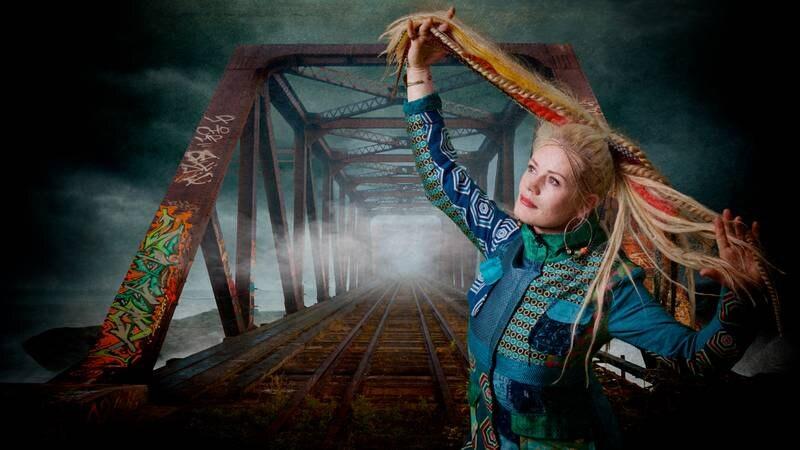 Artist Unni Wilhelmsen poserer foran en bro