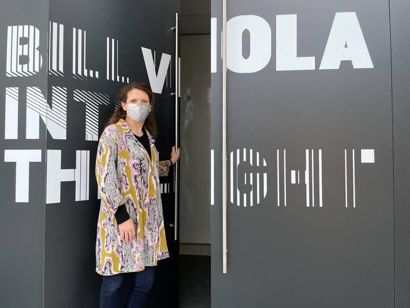 Hanne Beate Ueland inviterer til Bill Violas utstilling «Into the Light» på Stavanger Kunstmuseum fra 23. januar. Utstillingen kan besøkes til 15. august. Foto: Martin Simenrud