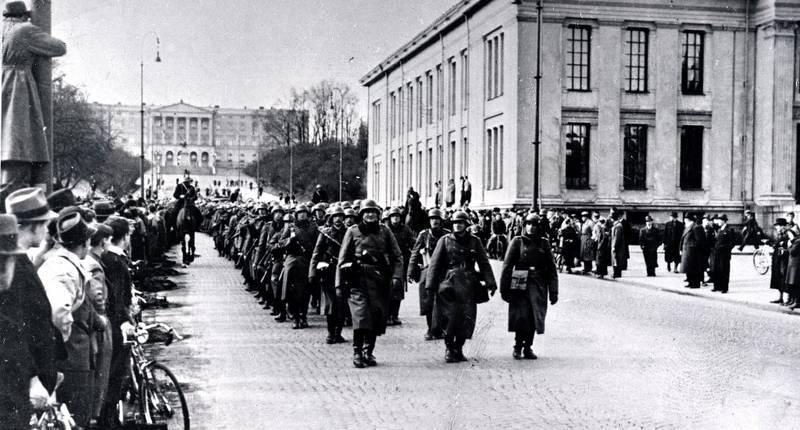Tyske styrker rykker inn i Oslo og marsjerer forbi Universitetet på Karl Johans gate. FOTO: NTB SCANPIX