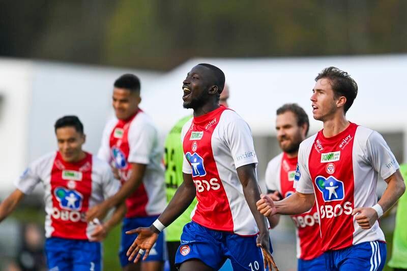 Alagie Sanyang jubler etter å ha scoret på sitt straffespark, som sendte KFUM i ledelsen under fotballkampen mellom KFUM og Kristiansund på KFUM Arena.