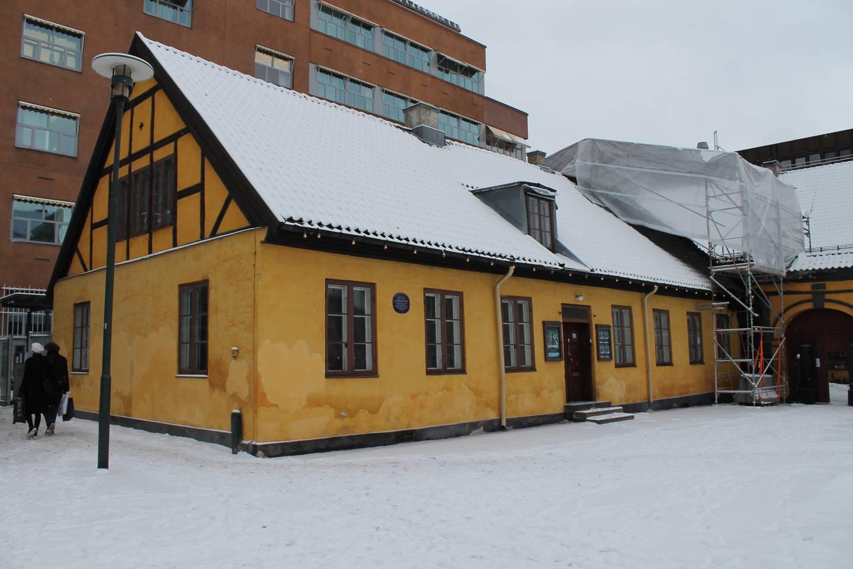 Lædelfamilien bodde i 1801 i Anatomigården ved Christiania torv. Huset ble oppført allerede i 1640 og er et av byens eldste bindingsverkshus.