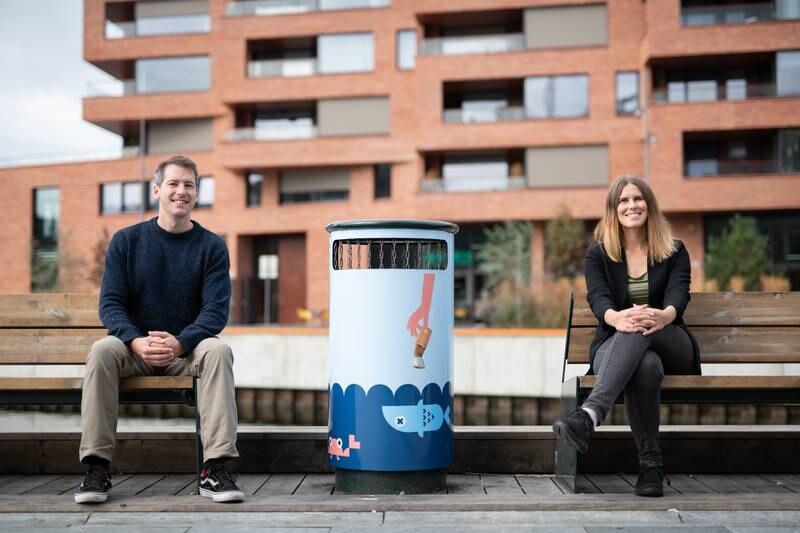 Byråd for milø og samferdsel, Siren Stav (MDG) og Eirik Okkenhaug i Bymiljøetaten drar i gang en kampanje for å kaste snus og sneiper der de hører hjemme, i avfallsbeholderne.