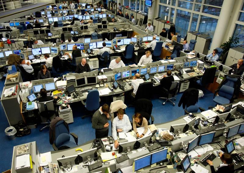 OSLO 20071031:  Renta forble uforandret  fra Norges Bank. Her fra  DnBNOR på Aker brygge . Oversiktsbilde av kontorlandskap med mange datamaskiner / dataskjermer og stor aktivitet.  Foto: Lise Åserud / SCANPIX