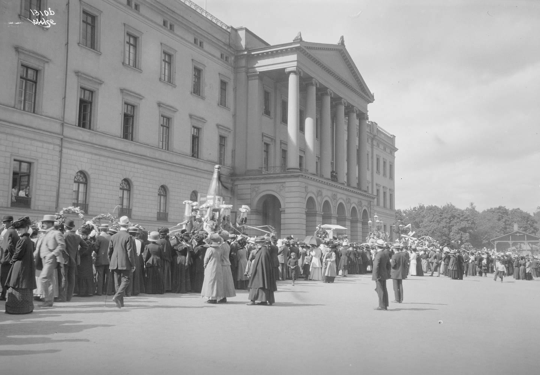 Karnevalsprosesjonen foran Slottet på Barnehjelpsdagen i 1911.