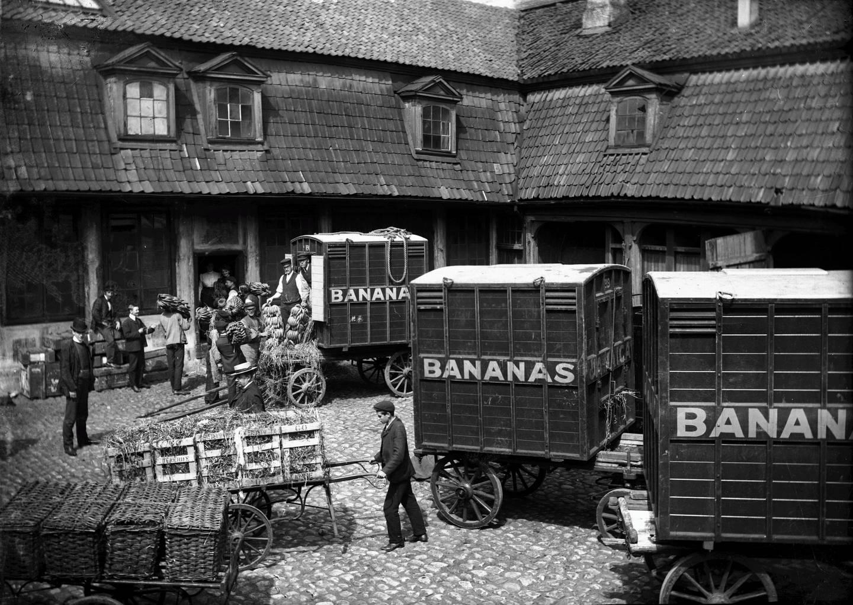 Gårdsplassen på Banan-Matthiessens bananmodneri i den gamle stiftsgården i Rådhusgata 13 i 1906.