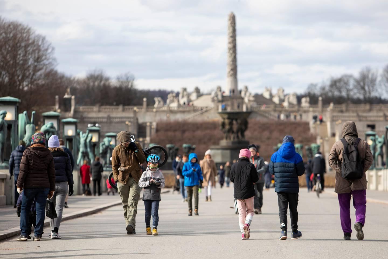 Oslo 20200322.  Mange benyttet finværet i Oslo til å gå en tur i Frognerparken. Myndighetene anbefaler å holde god avstand som følge av koronautbruddet. Foto: Tore Meek / NTB scanpix