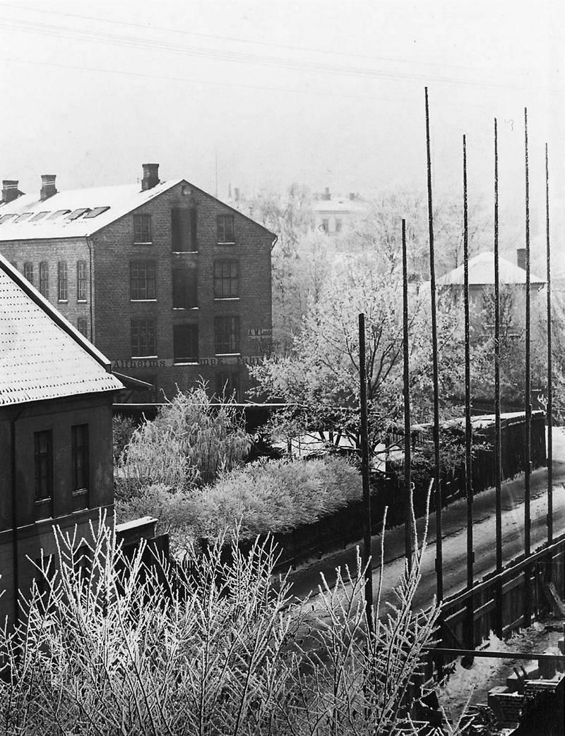Til høyre i dette bildet ses tårnbygningen i St. Olavs gate 23 som huset frøken Fougners barnehjem, på hjørnet av Pilestredet. Bygget, som politikonstabel Redvald Larssen (1872-1951) senere beskrev som «Torturanstalten i Pilestredet», ble revet på slutten av 1800-tallet. FOTO: Fredrik Johannes Gottfried Klem/Oslobilder