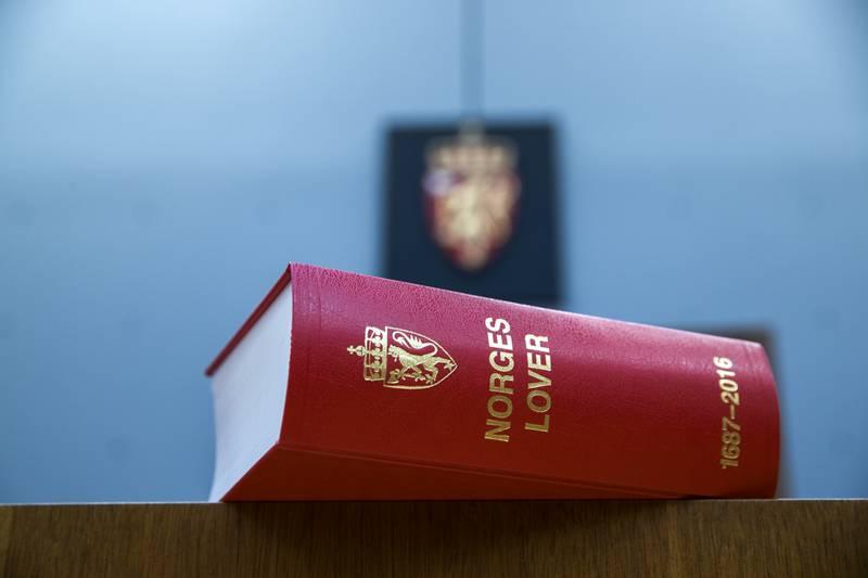 Norges Lover er lansert i ny versjon, og for første gong er det Stortinget som gir ut lovboka. Lovboka på bildet vart gitt ut i 2017. Arkivfoto: Berit Roald / NTB / NPK