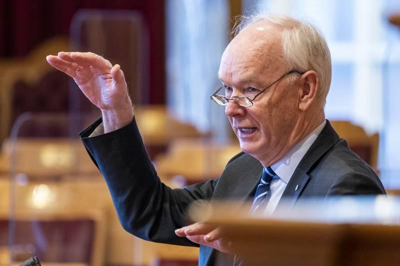 Per Olaf Lundteigen (Sp) mener at Stortinget har foretatt et ulovlig vedtak om trygd. Ordlyden sier at mottakere av sykepenger må oppholde seg i Norge, noe som Efta nylig vedtok var ulovlig etter EØS-reglene og en tolkning som førte til Nav-skandalen. Foto: Terje Pedersen / NTB
