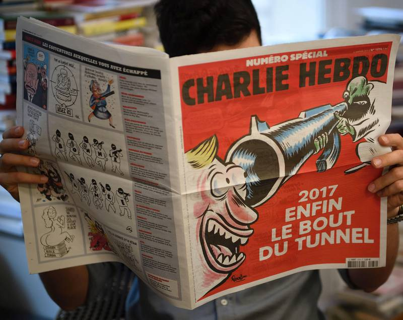 En journalist leser siste nummer av Charlie Hebdo, som kom denne uka.