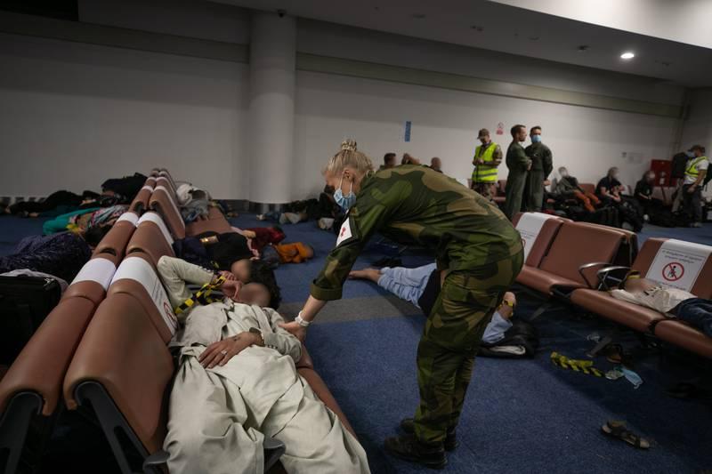 Sivile Afghanere blir evakuert ut av Kabul i Afghanistan og fløyet i luftbro til Tblisi i Georgia for videre evakuering. Her ankommer evakuerte Tblisi og får hjelp og støtte fra norske soldater på flyplassen.