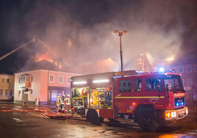 I Tyskland er det rapportert om ti angrep på migranter og asylanter daglig i 2016. her fra en brann på et hotell som skulle benyttes av asylsøkere øst for Dresden i 2016.