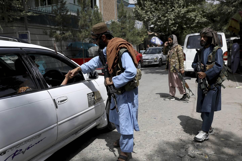 Taliban-krigere patruljerer i Kabuls gater, sjekker identitetspapirer og samler inn våpen. Det har ikke kommet meldinger om arrestasjoner eller hevndrap siden opprørerne rykket inn. Foto: AP / NTB