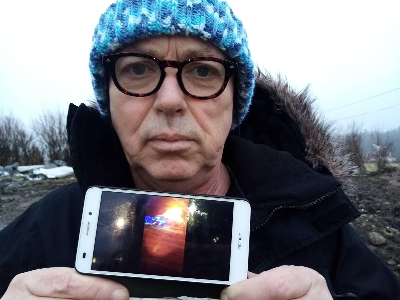 –Hadde ikke avisbudet febrilsk banket på vinduene for å få vekket oss opp, kunne dette gått riktig galt, sier Kjetil Hagenes og viser fram et telefonbilde av det overtente bolighuset.