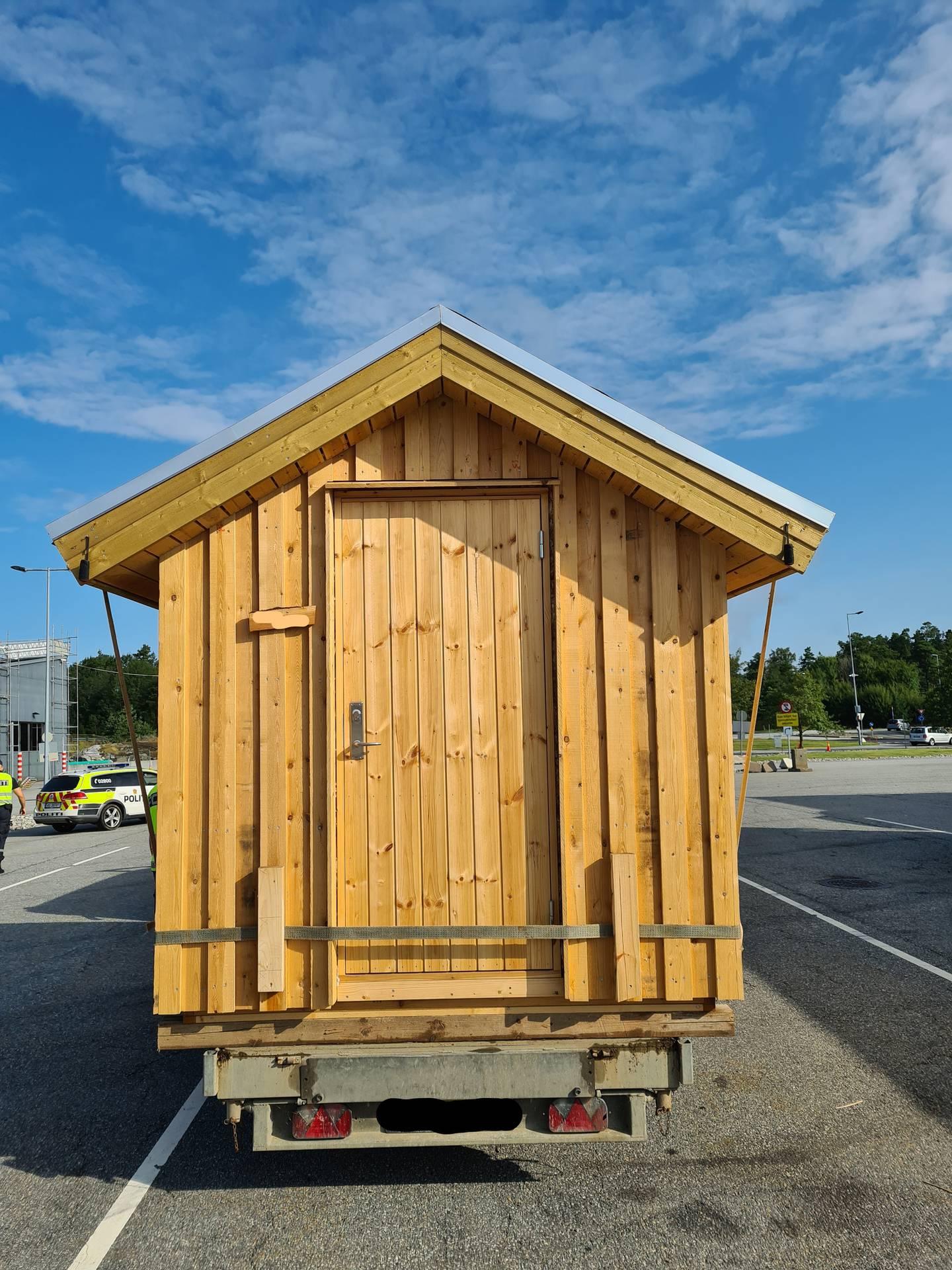 Denne hytta var både for bred og for tung for hengeren og lastebilen, ifølge regelverket, noe som gjorde at Statens vegvesen på Svinesund anmeldte sjåføren til politiet.