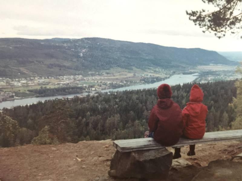 Hans Hansens utsikt: Vår favorittbenk med utsikt ned til mormors hage på Gulskogen, og oppover til Blefjell. En liten hvil før ferden gikk videre innover på Kanonveien.