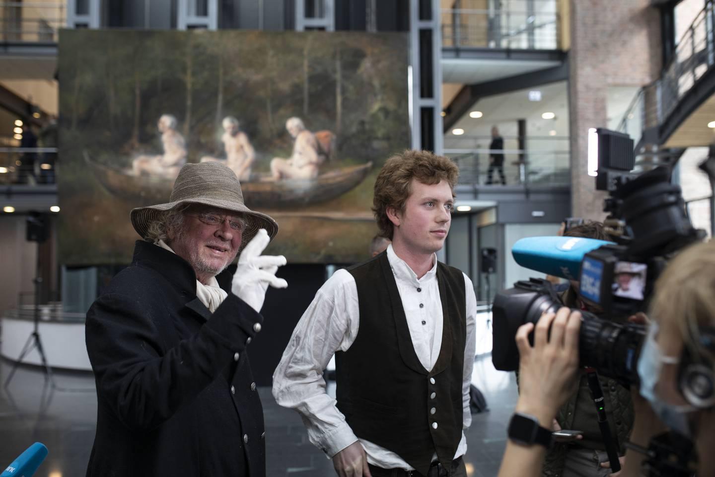 Odd Nerdrums maleri Tre menn i en båt avdekkes på Tjuvholmen. Til høyre sønnen Öde Spildo Nerdrum