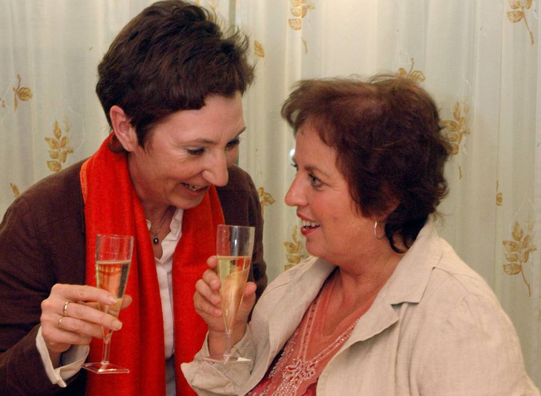 SEIER: 31. januar 2006 falt Høyesterettsdommen i SAS-Braathens-saken. HK-nestleder Peggy Hessen Følsvik feirer sammen med Unni Aurdal, tillitsvalgt for de Braathens-ansatte.