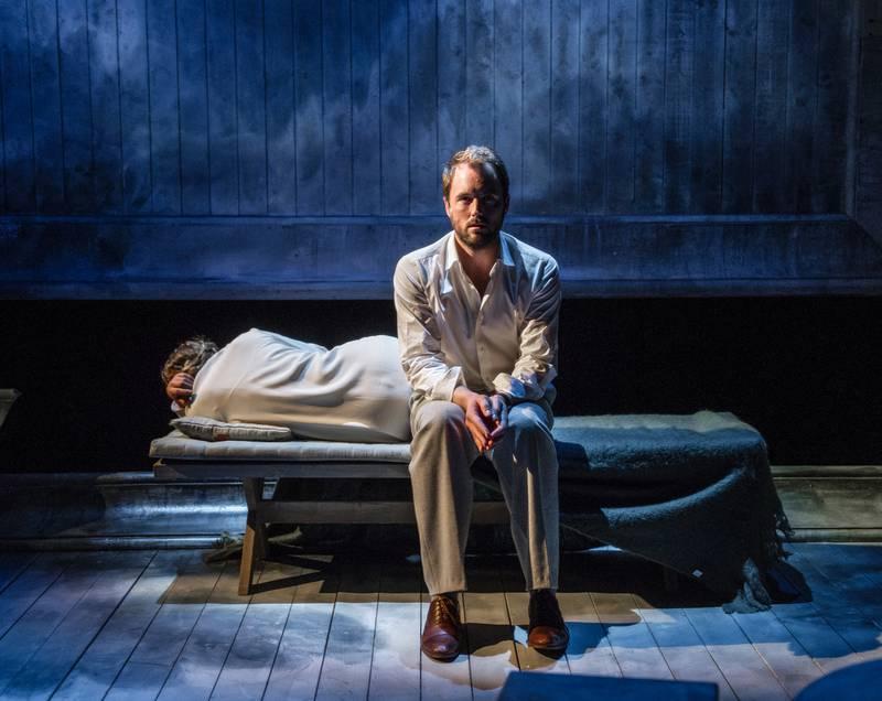 Mattis Herman Nyquist som Henrik får føle sannhetens smerte i rollen som Ingmar Bergmans far. FOTO: ERIK BERG