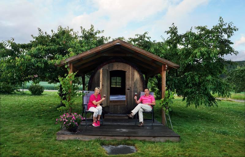 På Lerkekåsa gård i Gvarv kan du overnatte hos Wenche Hvattum og Joar Sættem i en ekte vintønne!