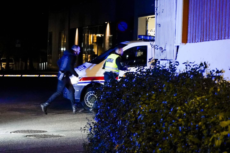 Kongsberg 20211013.  Politiet gjør undersøkelser i Kongsberg sentrum etter hendelsen. Foto: Håkon Mosvold Larsen / NTB