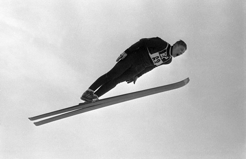 Lars Grini fra Gran hadde lenge verdensrekorden i hopp. Fra den gang man hoppet med verken lue eller hjelm.