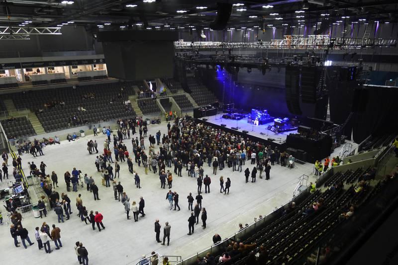 Omkring en time før konserten hadde mange publikummere funnet de beste plassene foran scenen.