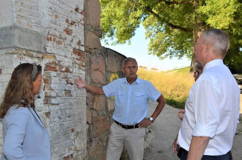 Tidligere kommandant, Dag Strømsæther, viste forsvarsminister Frank Bakke-Jensen (H) hvordan manglende vedlikehold ødelegger vollportene i Gamlebyen.