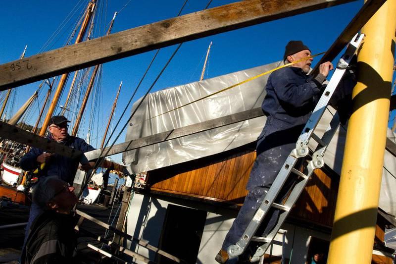 HØYT OG LAVT: Aktiviteten foregår høyt og lavt på museumsskipet M/B Hvaler. Her sjekker Per-Arild Andersen opp et av beslagene i formasta.