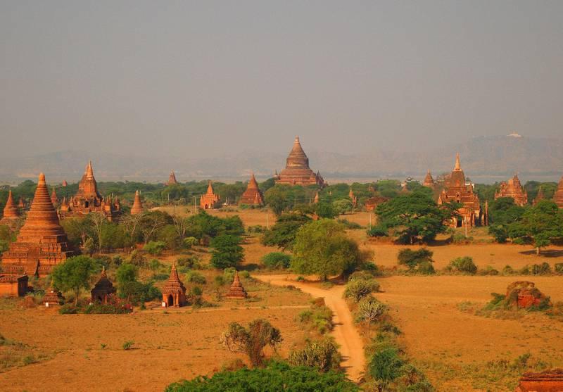 Se sola stå opp, eller gå ned, over mystiske Bagan i Myanmar.
