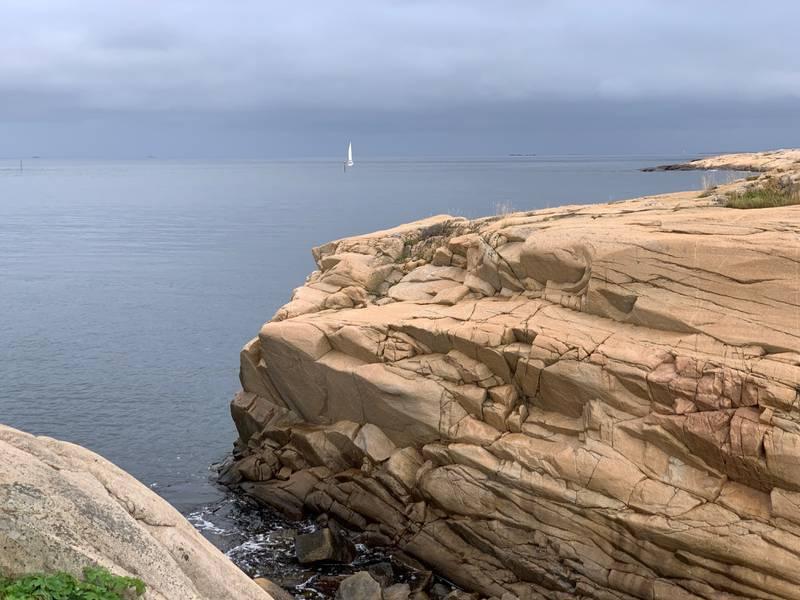Gylne svaberg og knauser på Kirkøy.