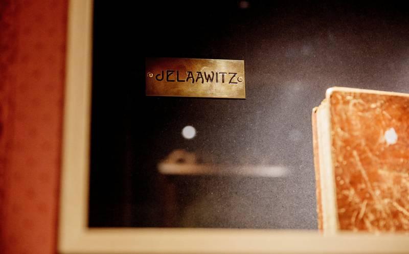 Dørskiltet: Det eneste som er igjen av familien Jelaawitz. Alle er borte. Snublesteinene for familien ligger utenfor hjemmet deres i Langesgate 11.
