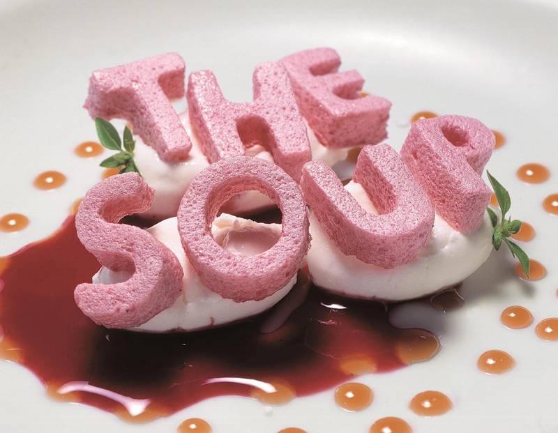 Her er Ferran Adriàs alfabetsuppe fra 2004, en av de 1846 rettene han og teamet på elBulli skapte. Den består av dehydrert jordbærmarengsgelé, Philadelphia-ost, gresk yoghurt, rosmarinhonning, Amaretto og basilikum.