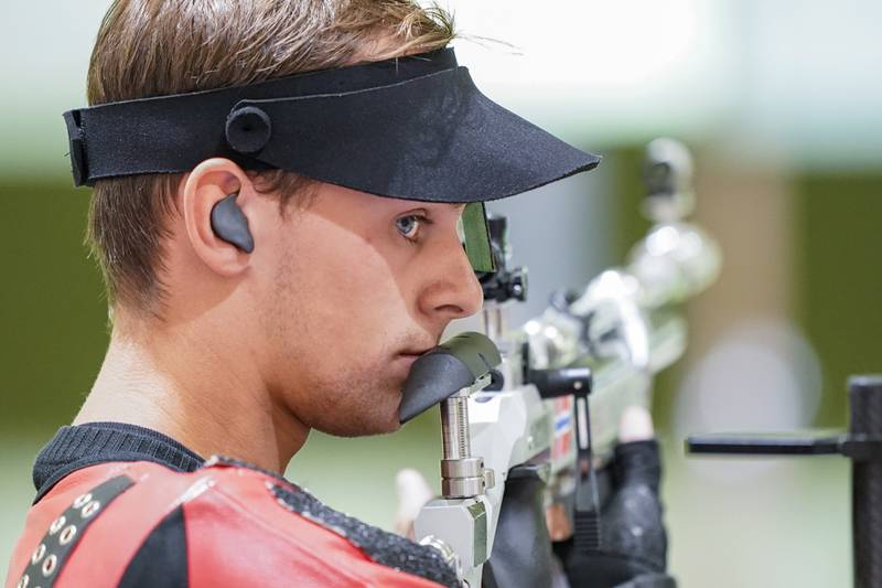 Henrik Larsen tok på seg skylden etter at det gikk galt i første kvalifiseringsomgang i blandet lagkonkurranse i luftrifle. Foto: Heiko Junge / NTB