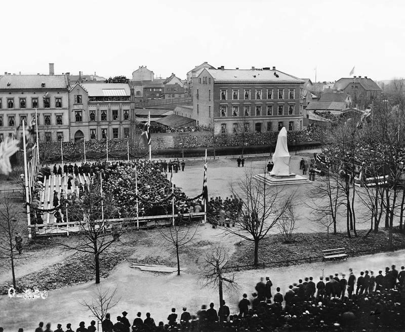 17. MAI 1881: Bjørnstjerne Bjørnson ble etter mye diskusjon valgt til å tale ved avdukinga av Wergelands-statuen på Eidsvolls plass. FOTO: OLE TOBIAS OLSEN/OSLO MUSEUM