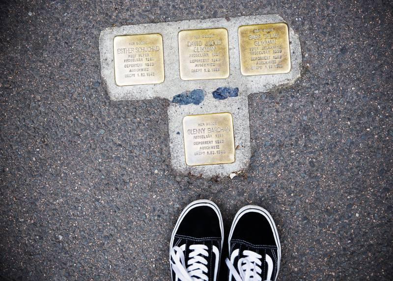 snublesteinene: Du har sikkert sett dem og kanskje lest navnene. Fremmede navn fra en svunnen tid. Men de bodde og levde her på Grünerløkka, alle sammen.
