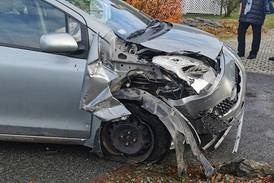 Bil har kjørt i gjerde, strømboks og bil