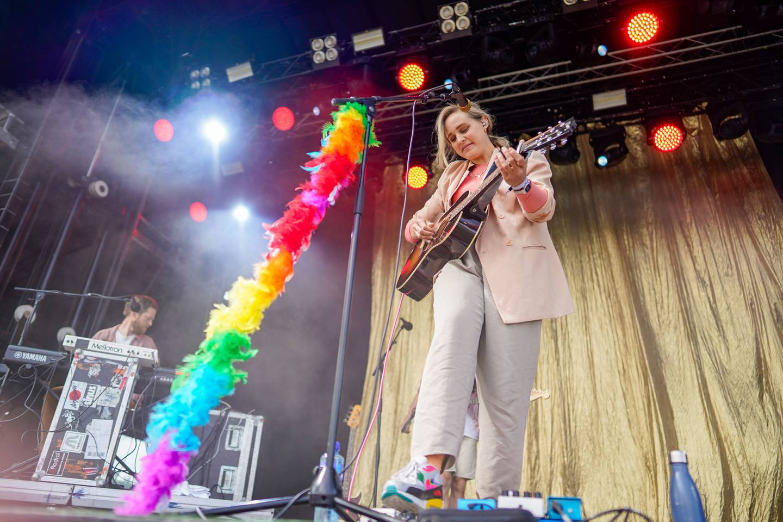 Gjøvik 20210626.  Frida Ånnevik på scenen under Fredvikafestivalen på Gjøvik Den lokale festivalen ved Mjøsa arrangeres denne helga for tredje gang etter oppstarten i 2018. 2020-utgaven ble i likhet med mange tilsvarende  arrangementer avlyst, men i år er det comeback. Selv om det kun er gitt plass til et publikum på 600 er det tydelig at Festival-Norge så smått er i ferd med å våkne til live igjen. Foto: Heiko Junge / NTB