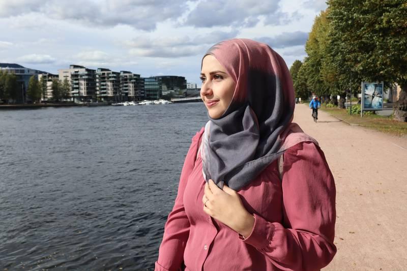Hiba Barakat (30) kom til Norge som syrisk flyktning i 2015. Hun har helt fra starten jobbet hardt med å bli integrert i Norge, noe hun også lyktes med.