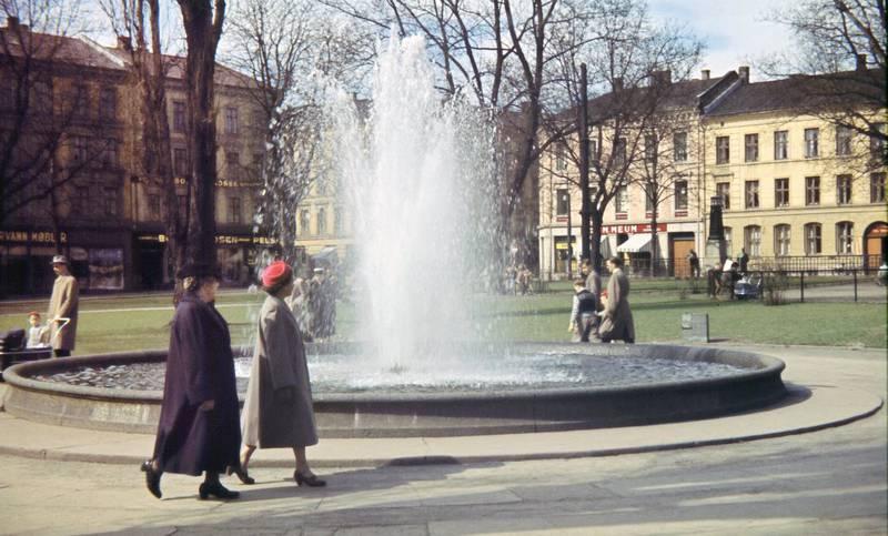 Parkliv i Olaf Ryes plass i 1958, uberørt av saneringsplanene om motorvei og trafikkmaskin i parken.