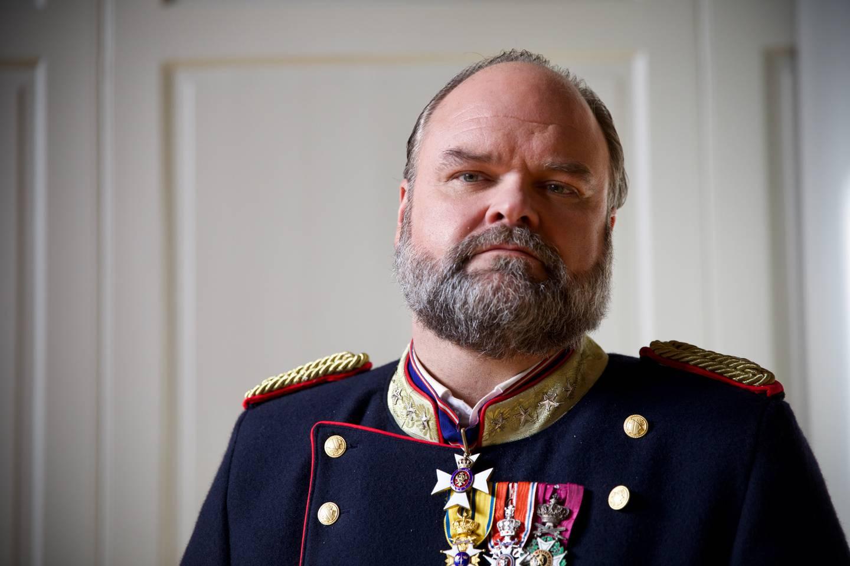 Atle Antonsen har hovedrollen som kong Johan i «Kjære landsmenn», en prøvet monark utfordrer som det ikke er lett å more seg kongelig over.