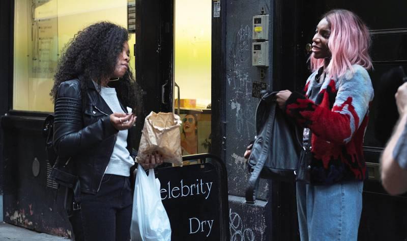 Weruche Opia og Michaela Coel spiller venninner i «I May Destroy You». Serien har fått ros for å ta opp tabubelagte temaer. Foto: HBO
