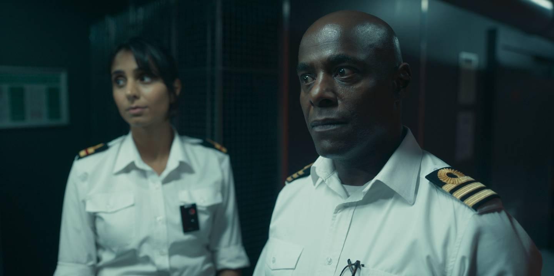 Kaptein Newsome (Paterson Joseph) er ikke spesielt begeistret over å ha politiet om bord på ubåten hans. Til venstre løytnant Docherty (Anjil Mohindra).
