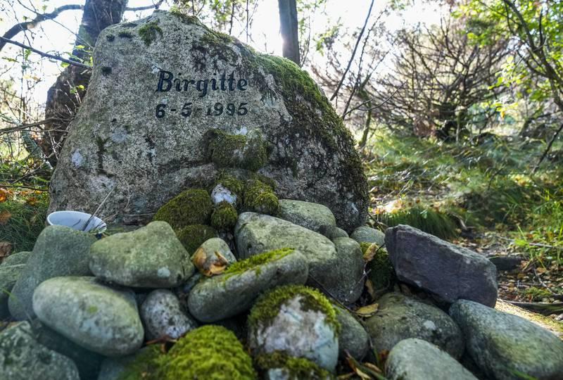 Minnesteinen på stedet der Birgitte Tengs ble funnet drept på Karmøy i mai 1995 Foto: Jan Kåre Ness / NTB